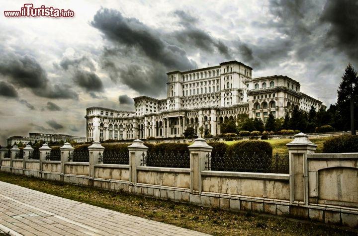 Il palazzo del parlamento di bucarest foto bucarest for Immagini del parlamento
