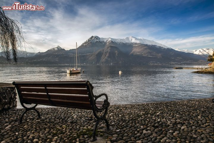 Panchina lungo il lago di como a varenna lombardia - Lago lungo bagno di romagna ...