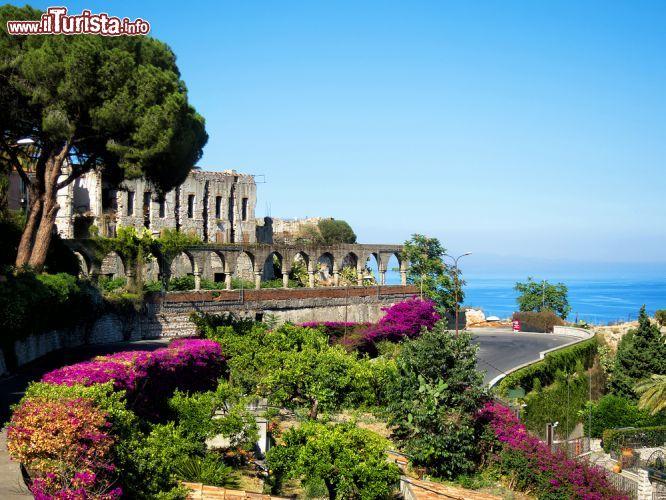 Panorama della bella taormina sicilia con le foto taormina for Puglia garden city ny