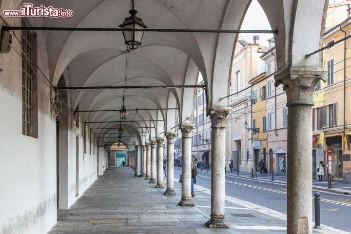 L 39 elegante portico di una via del centro foto parma for Disegni del portico laterale