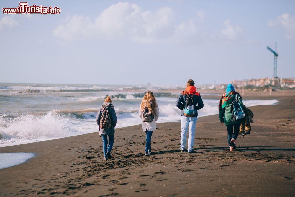 Matrimonio In Spiaggia Nel Lazio : Passeggiata sulla spiaggia di ladispoli nel lazio
