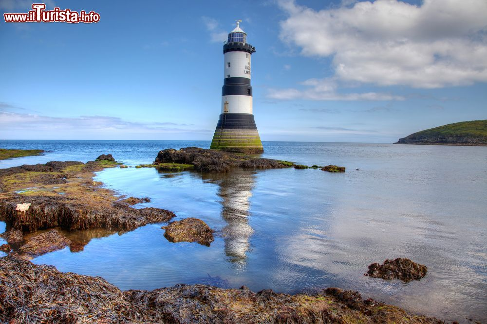 Immagine Penmon Point sullo stretto di Menai con un bel faro, Anglesey, Galles, UK.