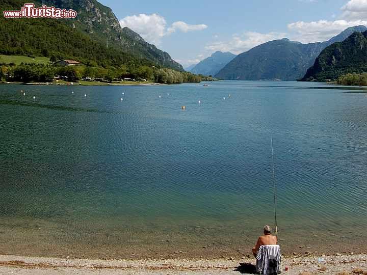 Pescatore sul lago di idro una meta turistica foto for Casetta sul lago catskills ny