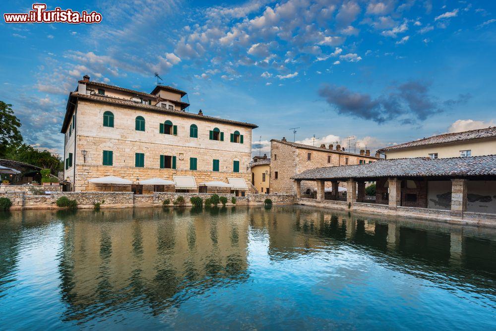 Bagno vignoni nelle terme del borgo medievale della cosa vedere - Il loggiato bagno vignoni ...