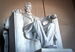 Abram Lincoln e la sua grande statua che si trova all'interno del memoriale di Washington, USA - © Timothy Michael Morgan / Shutterstock.com