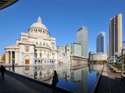 La Christian Science Plaza di Boston e, sullo sfondo, il Prudential Center, un imponente complesso di edifici situati tra Boylston Street e Huntington Avenue, dominato dalla Prudential ...