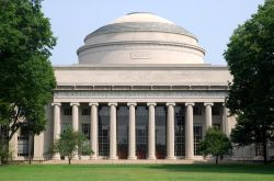La grande cupola bianca del Massachusetts Institute of Technology (MIT) di Cambridge, Boston, tra le più importanti università di ricerca del mondo - © Pete Spiro / Shutterstock.com ...