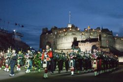 Massed Pipes and drums: ad Edimburgo lo spettacolo estivo del Military Tattoo, presso l'Edinburgh Castle - © domhnall dods / Shutterstock.com