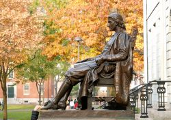 La statua bronzea di John Harvard è nel cortile della Harvard University di Cambridge, a Boston, nel Massachusetts. Fu realizzata da Daniel Chester French in onore del benefattore che ...