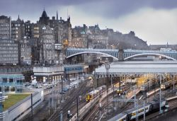 La Waverley Station ed il North Bridge a Edimburgo. Sullo sfondo il profilo dell'Edinburgh Castle - © Brendan Howard / Shutterstock.com