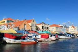 Willemstad il mercato galleggiante (floating market) di Curacao - © lidian / Shutterstock.com