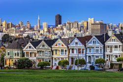 Alamo Square, le case vittoriane e la skyline della moderna San Francisco in California
