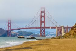 Baker Beach a San Francisco con la magnifica vista del Golden Gate bridge