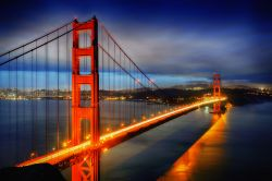Fotografia notturna del Golden Gate a San Francisco (USA).