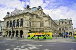 Il Bus Vienna Sightseeing davanti all'Opera House sul Ring. - © bogdan ionescu / Shutterstock.com