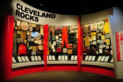 Interno del Rock and Roll Hall of Fame sul lungolago Erie shore a Cleveland, Ohio, USA - © Nigar Alizada / Shutterstock.com
