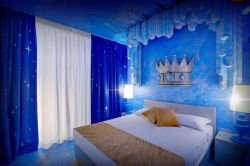 La camera Cristallo Magico al Gardaland Magic Hotel: il letto matrimoniale