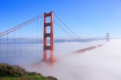Nebbia mattutina sul Golden Gate Bridge a San Francisco, California