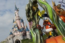 Paperone, Scrooge McDuck per gli anglosassoni alla parata di Halloween a Disneyland Paris - © news.disneylandparis.com