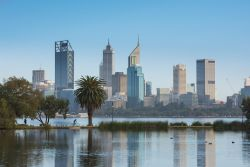 Skyline di Perth (Australia Occidentale) riflessa nell'acqua del fiume Swan.