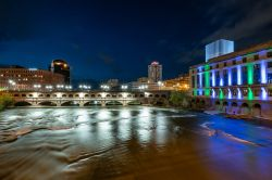 Veduta by night del Court Street Bridge in Rochester, stato di New York, sul fiume Genesee - © Paul Brady Photography / Shutterstock.com