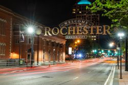 Welcome a Rochester, stato di New York (USA): il cartello di benvenuto lungo South Clinton Avenue fotografto by night - © Paul Brady Photography / Shutterstock.com