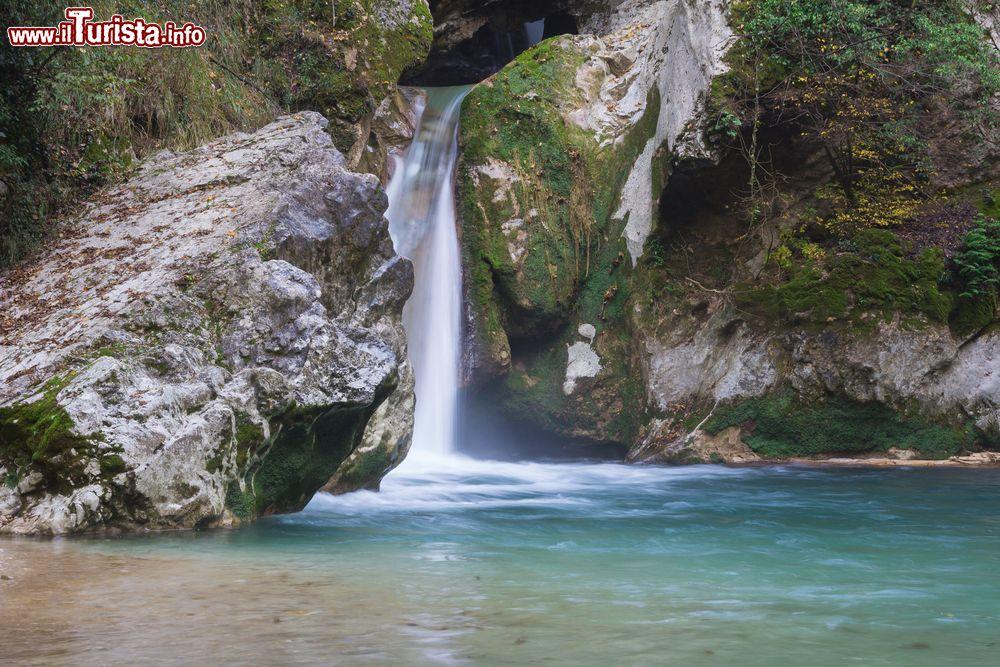 Una piccola cascata al lago san benedetto nei foto for Cascata laghetto