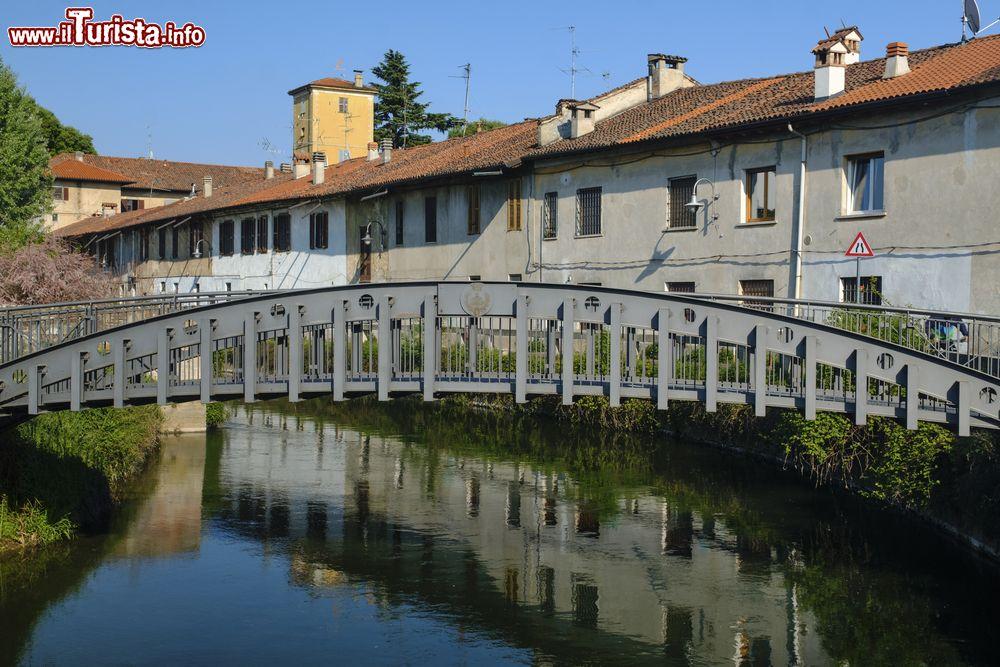 Un ponte in ferro sul canale della martesana foto for Ponte sul davanti della casa