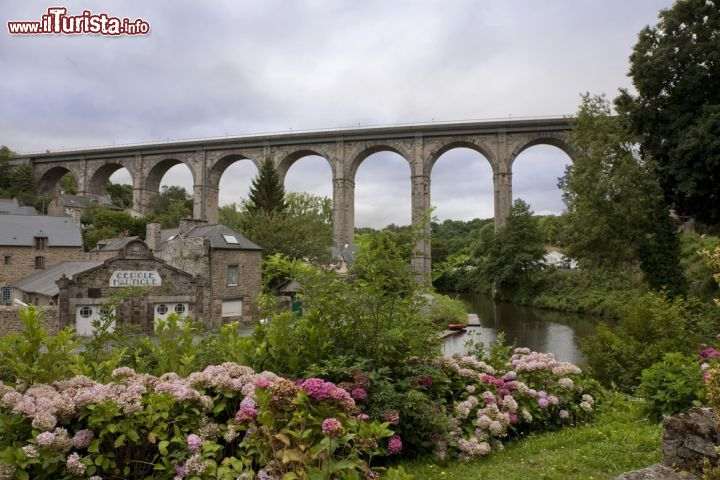 Il ponte stradale sopra al borgo di dinan francia for Ponte sopra i disegni del garage