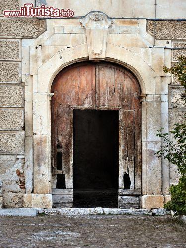 Il portale d 39 ingresso di una casa nobiliare foto scanno for Immagini di una casa