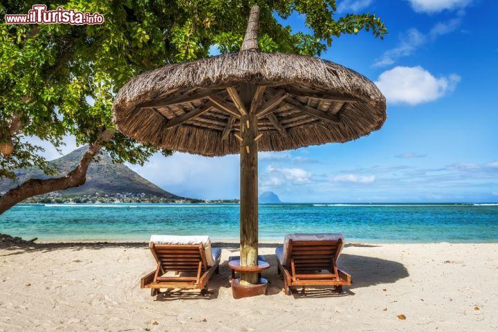 Sdraio e ombrelloni sulla spiaggia tropicale foto for Disegni di casa sulla spiaggia tropicale