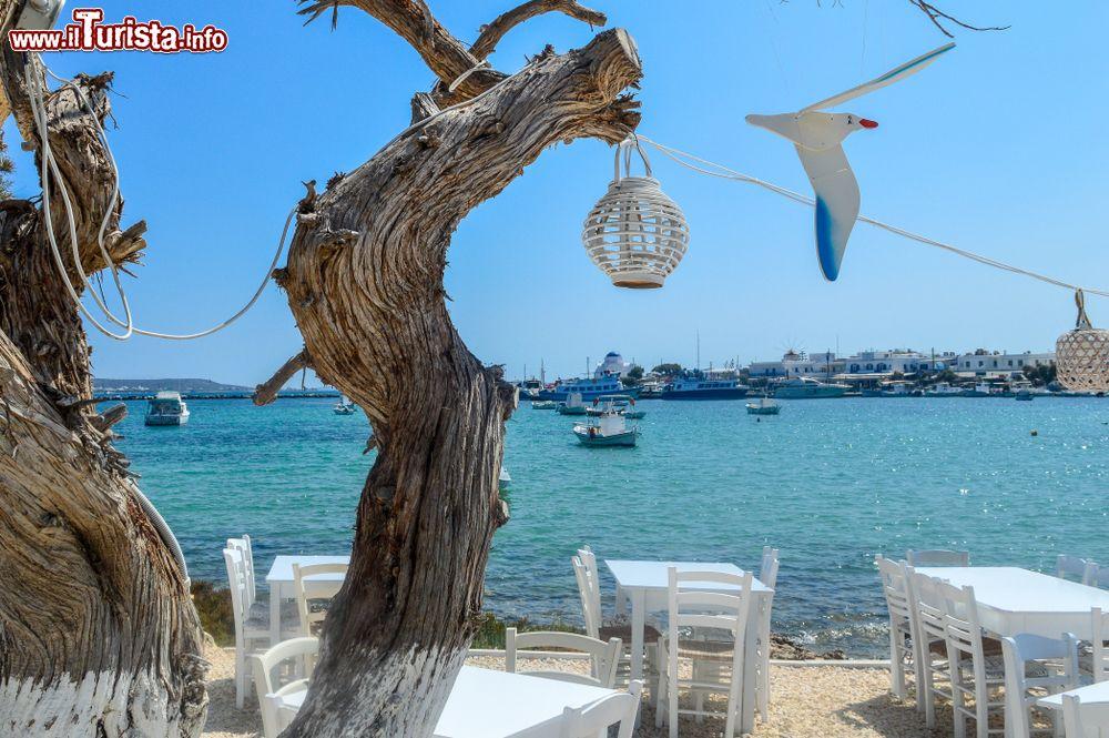 Mar Sedie E Tavoli.Sedie E Tavoli Di Una Tipica Taverna Greca Sull Isola Foto