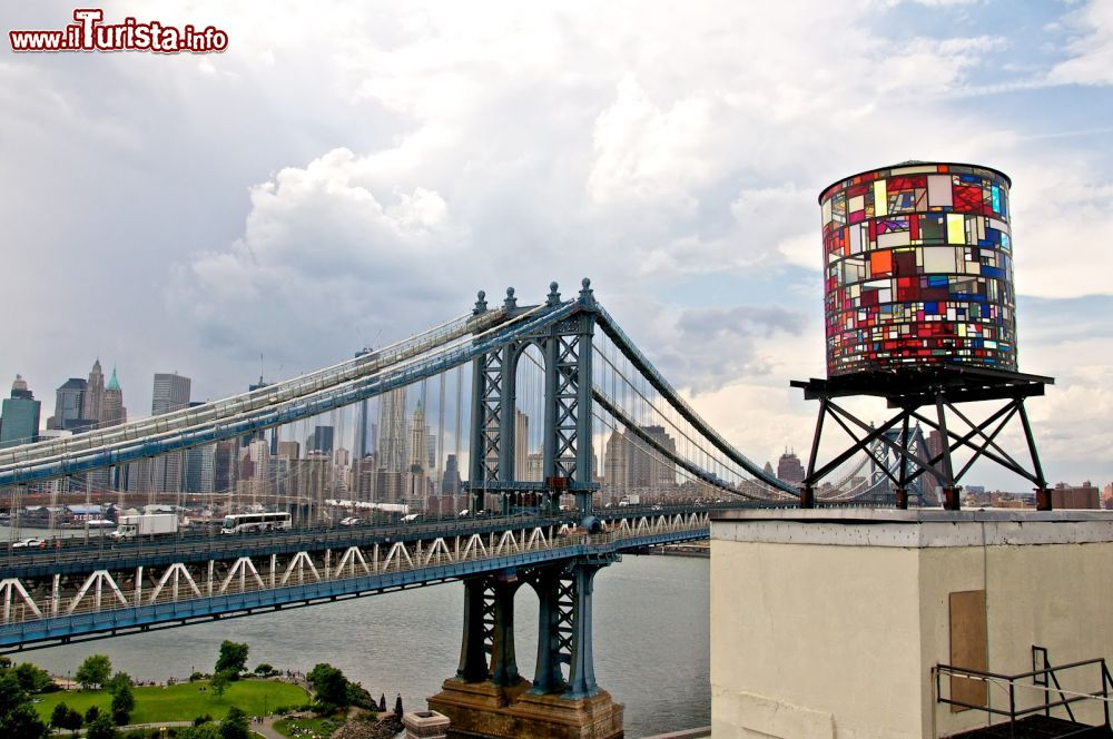 Immagine Water tower a Brooklyn: questo serbatoio d'acqua è stto trasformato in una scultura da Tom Fruin un artista di Brooklyn. Illuminata di notte è diventato un simbolo a fianco del Manhattan bridge di New York CIty