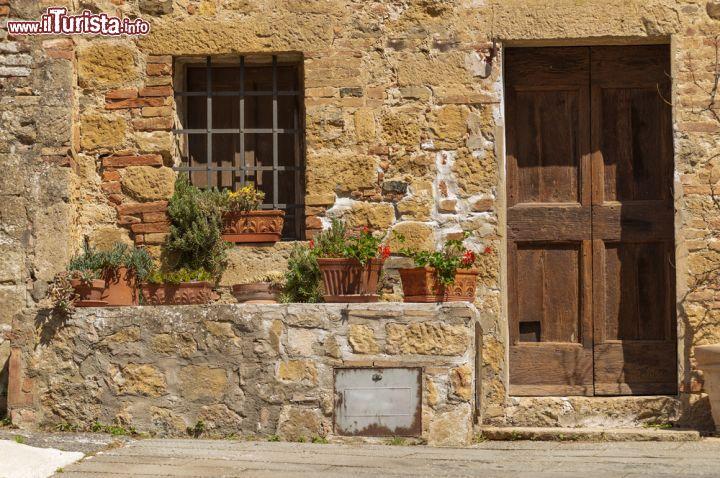 Particolare di una casa in sasso a civita di foto for Immagini di case antiche