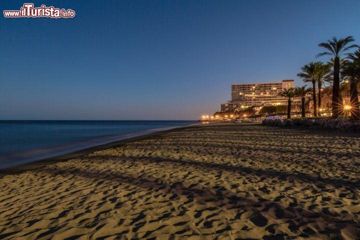 Matrimonio In Spiaggia Di Sera : Spiaggia di sera a torremolinos spagna le luci