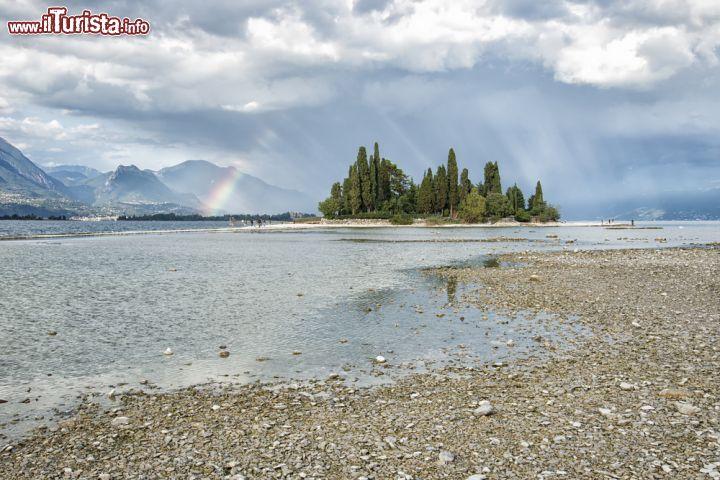 Una spiaggia sul lago di garda nei pressi di foto for Casetta sul lago catskills ny