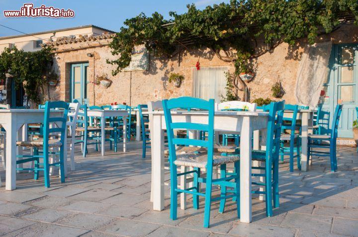 Tavoli di un ristorante in centro a marzamemi foto for Arredamenti sicilia