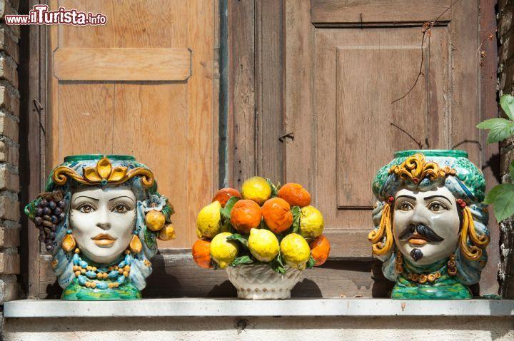 Tipici vasi di ceramica fatti e dipinti a mano foto - Vasi ceramica esterno ...