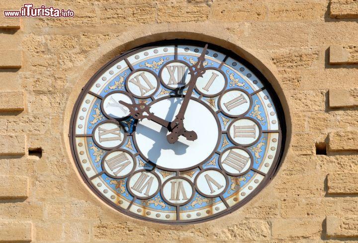 Un 39 immagine dell 39 orologio che svetta foto salon de for Porte de l horloge salon de provence
