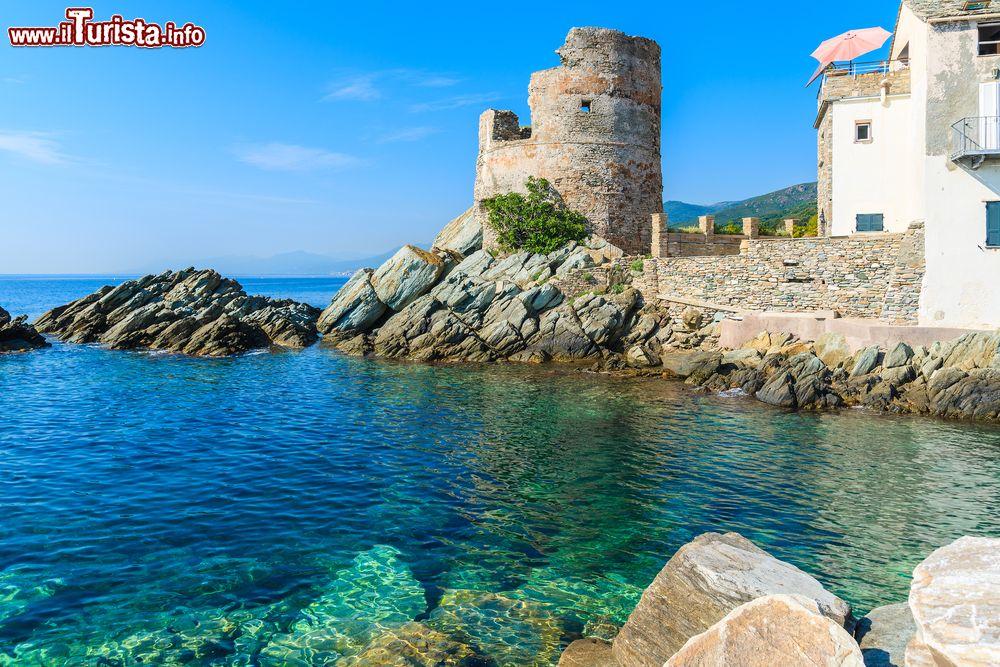 Torre Medievale Sulla Costa Della Corsica A Erbalunga