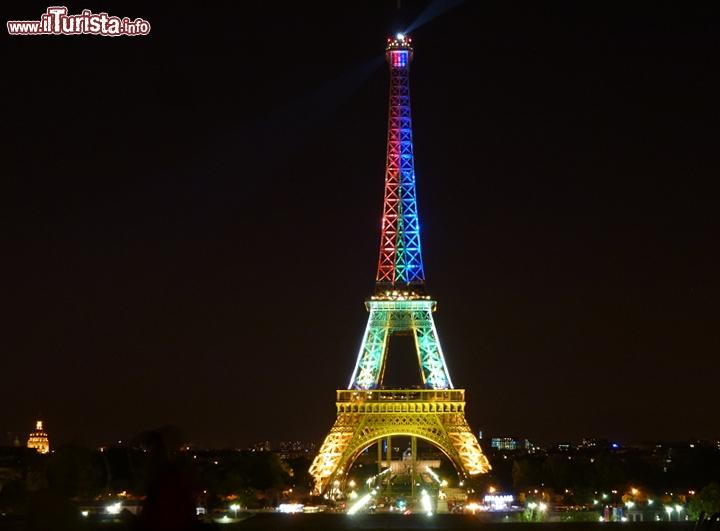 La torre eiffel illuminata con i colori del sud foto - Simboli di immagini della francia ...