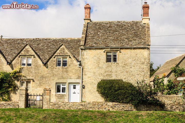 Tradizionale cottage in pietra a bibury inghilterra for Piani e foto di cottage in pietra