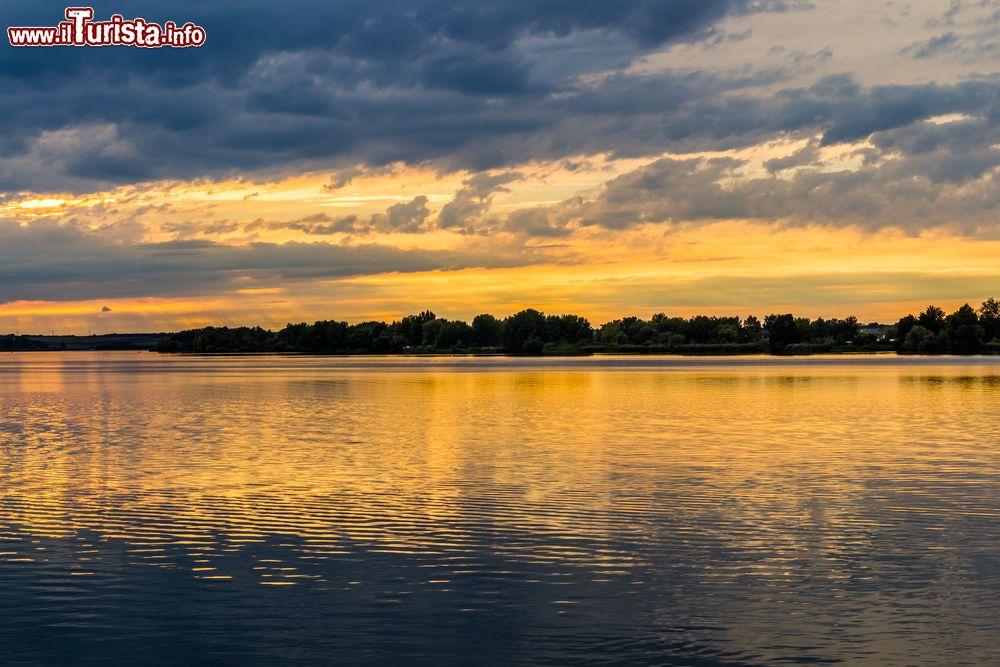Tramonto con cielo nuvoloso sul lago nove mlyny foto for Casetta sul lago catskills ny