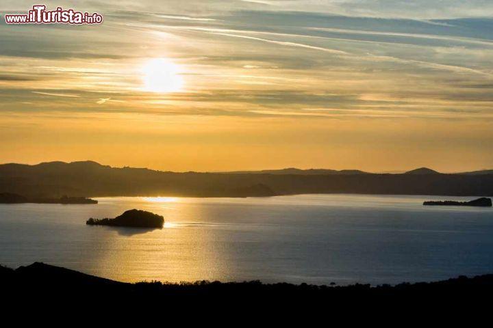 Tramonto sul lago bolsena fotografato dalla foto for Casetta sul lago catskills ny