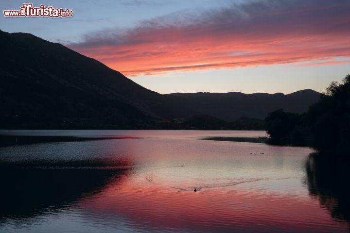 Tramonto di fuoco sul lago di scanno il borgo foto for Casetta sul lago catskills ny