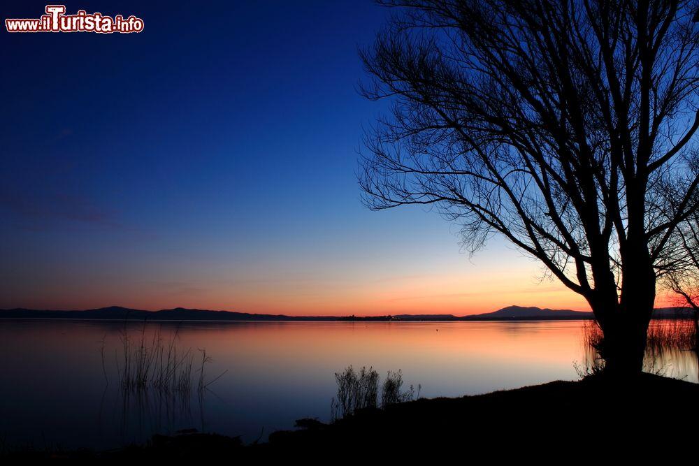 Tramonto sul lago trasimeno fotografato dalla foto for Casetta sul lago catskills ny