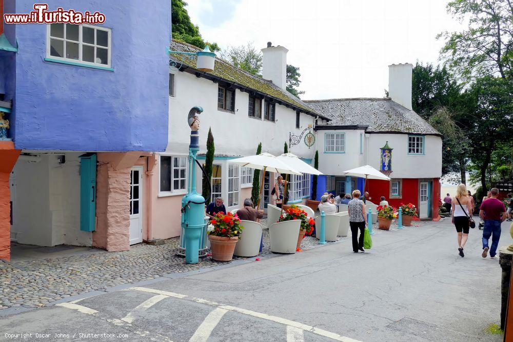 Immagine Turisti passeggiano per il villaggio di Portmeirion, Galles, UK. Siamo nella contea di Gwynedd dove sorge questo borgo in stile palladiano progettato da sir Clough Williams-Ellis - © Oscar Johns / Shutterstock.com