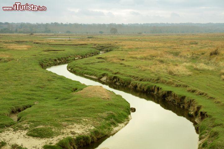 Un canale nella campagna circostante la cittadina for Scaffali di campagna francese