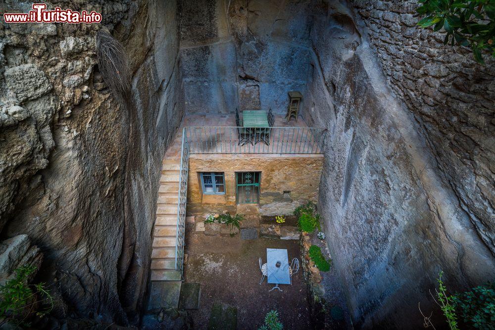 Una casa costruita nella roccia con tavolo e foto for Ottenere una casa costruita