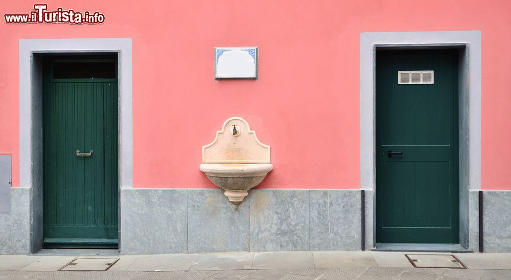 Una graziosa fontana sulla facciata di una casa foto - Facciata di una casa ...